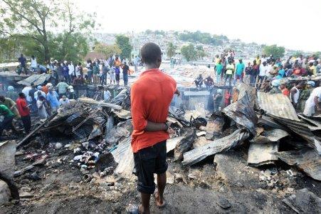 Joven haitiano entre los escombros de un incendio AFP