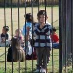 "Escuela rotula como ""racista"" a niño de  7 años por preguntarle a otro si era marrón por venir de Africa"