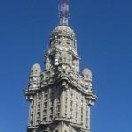 Dura controversia entre ocupantes del Palacio Salvo y la Intendencia para reparar la fachada