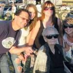 Mujer de 101 años establece récord Guinness por volar en parapente