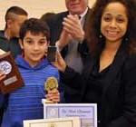 """Embajadora de EEUU entregó el premio de las Olimpiadas de Matemáticas a niño """"genio"""" uruguayo"""