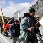 Policías negocian cese del motín y marcha indígena retrasa entrada a La Paz