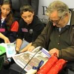 """Niños de todo el país entregaron al presidente Mujica las """"Pequeñas Instrucciones del año XII"""""""