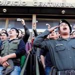 Fuerzas de seguridad argentinas siguen con las protestas y el gobierno aplica sanciones