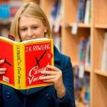 """J.K. Rowling: la autora de Harry Potter lanza """"Una vacante imprevista"""", su primera novela para adultos"""