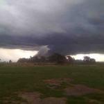 Tornado furioso en la ciudad de Dolores provoca apagón, voladuras de techos y árboles caídos