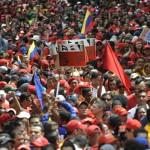 """Un mar incalculable de venezolanos tomó juramento al gobierno bolivariano por un nuevo período, coreando """"¡Con Chávez y Maduro, el pueblo está seguro!"""""""
