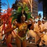 """Uruguay se rinde ante el """"rey momo"""" en entusiasta desfile inaugural de carnaval"""