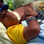 """Estudiantes siguen encadenados en Caracas """"hasta saber la verdad"""" sobre Chávez"""