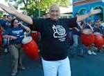"""Kanela, un bailarín rebelde de 79 años marca el paso del carnaval uruguayo en su """"Tronar de tambores"""""""