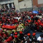 Una marea roja llora a Chávez y lo acompaña por las calles de Caracas