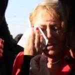 Un estudiante escupe a la ex-presidenta Bachelet en acto de campaña en una plaza de Arica