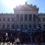 Una cadena humana de maestros rodeó el Parlamento.