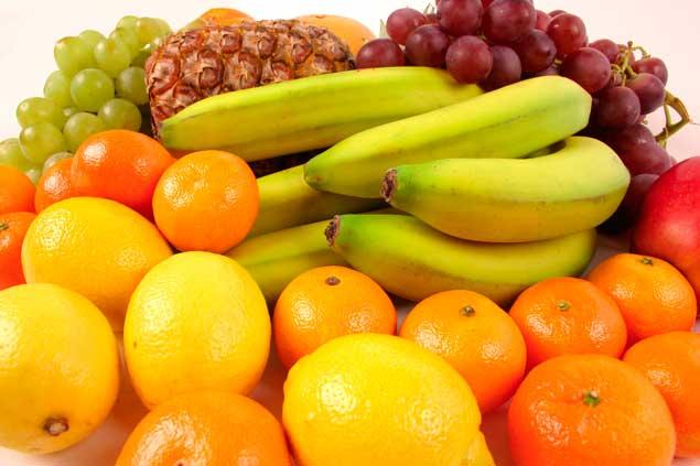 Comer fruta y evitar los jugos industriales ayuda a