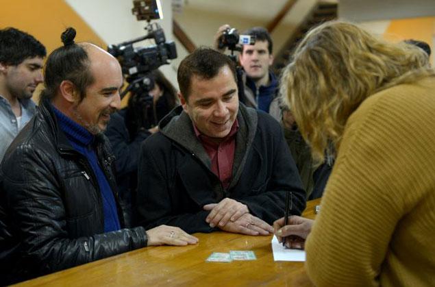 Matrimonio In Uruguay : Primera pareja de homosexuales contrajo matrimonio en
