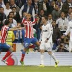 El Atlético ganó el 'derbi' ante el Real Madrid y es puntero junto a Barcelona