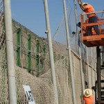 Inmigrantes en nuevo ataque masivo sobre valla del enclave español de Melilla