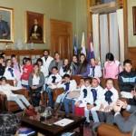 Cien niños de escuelas suburbanas visitan en Parlamento