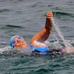 A los 64 años cruza nadando 170 kms. de Cuba a Miami sin jaula para tiburones