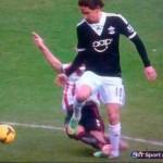 Gastón Ramirez sufrió un duro golpe, se teme una grave lesión
