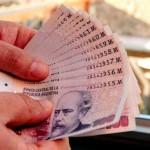 """Peso argentino se devalúa 10% en una semana y dólar """"blue"""" roza los $12"""