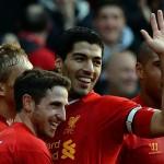 Liverpool gana con doblete de Suárez, Manchester City líder provisional