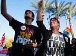 Arizona veta ley para que comercios no atiendan gays alegando razones religiosas