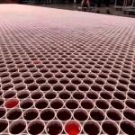La imaginación sin límites: Serge Belo crea obra de arte con miles de tazas de agua