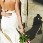 Novia ata su bebé a cola del vestido para la boda y sube foto a Facebook