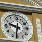 Los relojes públicos en Bolivia modificarían agujas que girarán hacia la izquierda