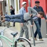 Lacalle Pou hace demostración física en plena calle y se la dedica a Tabaré Vázquez