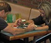 Obligan retirar descuento del 15% por rezar en restorán antes o después de comer