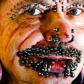 """Hombre con récord de piercings expulsado de Dubai por temor a """"brujerías"""""""