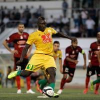 Murió el futbolista camerunés Albert Ebossé tras recibir un proyectil desde las gradas