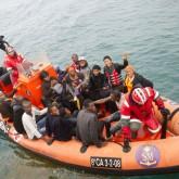 Oleada de inmigrantes africanos en botes plásticos de juguete cruzan el mar rumbo a España
