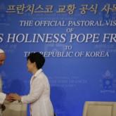 Bienvenida al papa Francisco en Seúl pero Corea del Norte dispara varios misiles