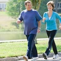 Breves caminatas de 5' logran compensar a quienes trabajan sentados todo el día