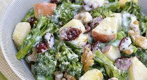 Ensalada de brócoli con manzana y almendra