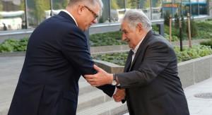 """Mujica visita la casa central de UPM en Finlandia y prueba el """"Biofore"""" un vehículo diseñado con madera y que utiliza carburante natural"""