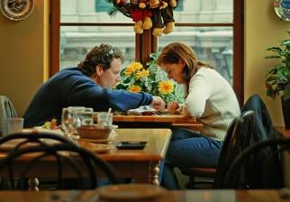 """¿Quién paga la cena? Estudio revela que el ideal de """"caballerosidad"""" sigue vivo en el ámbito económico"""