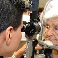 Exámenes oculares en Hospital de Ojos en el Día Mundial de la Salud Ocular