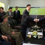 Entrevistas de paz entre las dos Coreas mientras sus buques cruzan fuego de guerra