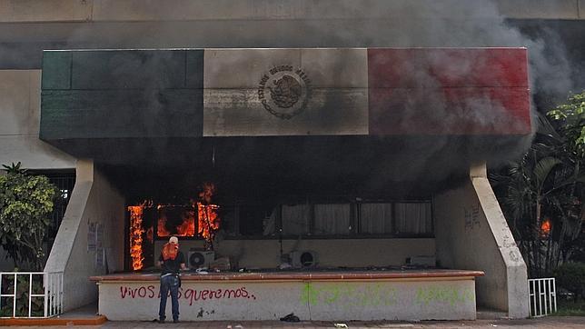 Incendian Ayuntamiento de Iguala: ni los estudiantes ni el principal acusado aparecen