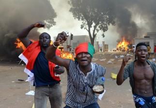 Incendian Parlamento en Burkina Faso y el Gobierno decreta estado de emergencia