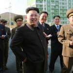 El líder norcoreano Kim Jung Un reaparece usando bastón tras un mes de misterio