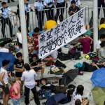 Ataques prochinos a los manifestantes aumentan tensión en las calles