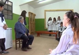 Mujica visitó las aulas de la escuela a la que él concurrió en la década del 40
