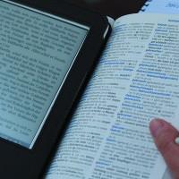 Leer libros electrónicos en la noche afecta el sueño