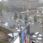 Automóviles bajo agua en Montevideo en intensa lluvia que no se registraba desde hace 50 años