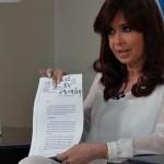 """Presidenta argentina califica de """"absurdos"""" argumentos del fiscal Nisman, habla de asesinato y decapita su servicio de Inteligencia"""